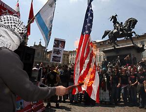 Bruciano le bandiere israeliane e americane a torino